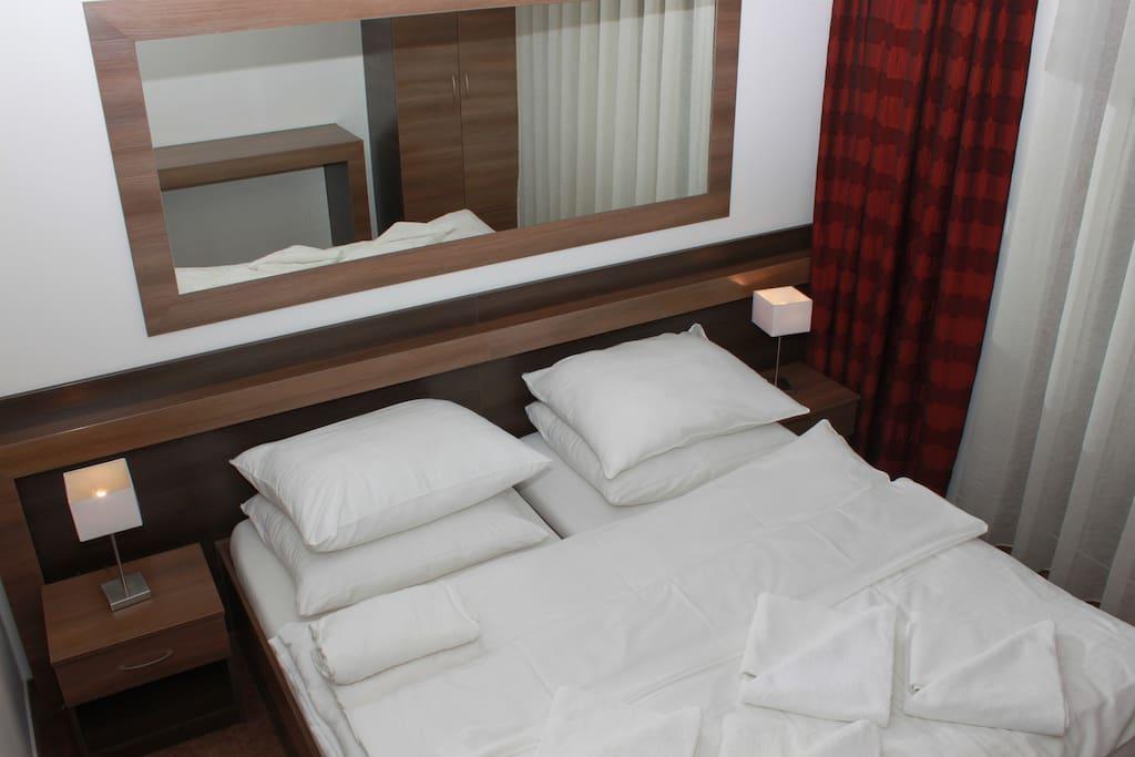 Przestronna nowoczesna sypialnia (antyalergiczne materace terapeutycze)