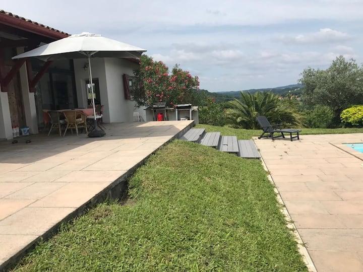 Villa Espelette, idéale familles, montagne,piscine