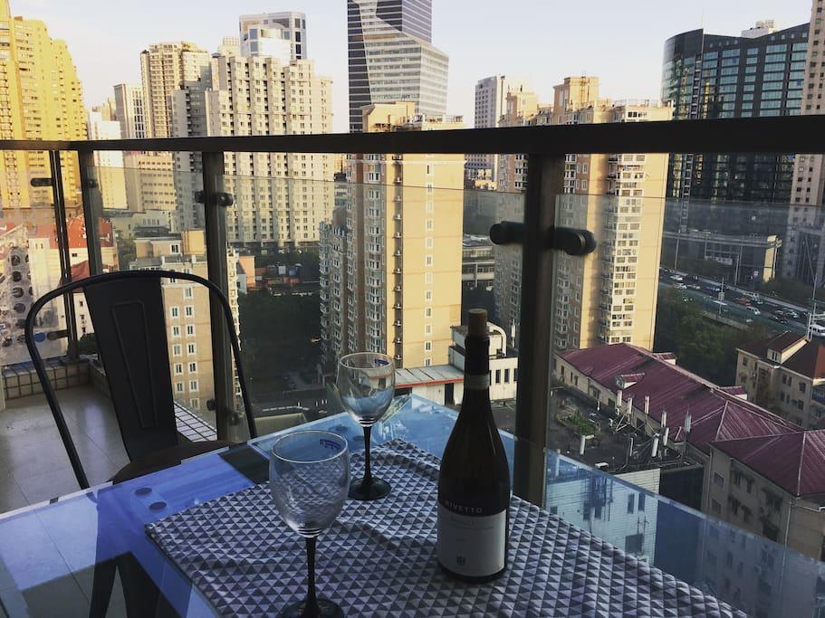 阳台有座椅,适合朋友一起聊天喝酒。 There are table and chairs in the balcony, perfect for chatting & drinking with friends