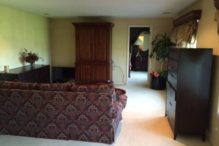 Executive acreage home, sleeps 5-6 - Omaha - Ház