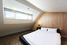 윗층 다락방 침실입니다. 라비아의 모든 침실 머리맡은 편백나무로 되어있어 숙면을 도와드립니다.