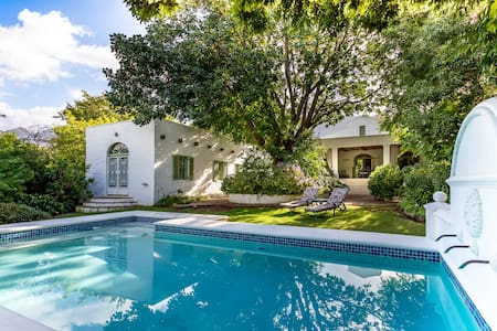 Le Villa Du Soleil - a luxury villa on main road - Franschhoek