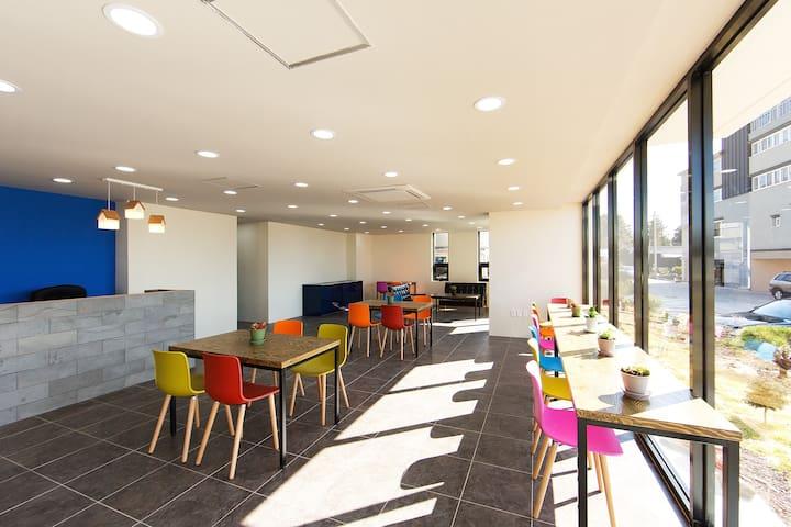 A동 1층 인포데스크입니다. 체크인과 체크아웃은 물론 차한잔 드시면서 자유롭게 독서와 여가를 즐기실 수 있는 공간입니다.