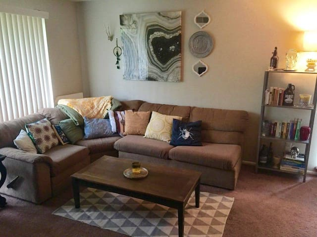 Beautiful, Cozy, Clean Condo right outside Philly! - Nether Providence Township - Condominium