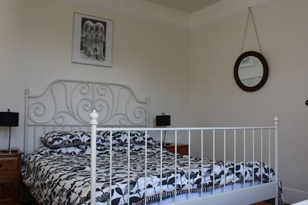 Spacious double bedroom in large family house - Berkhamsted - Haus