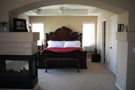 Spacious home for Bershire week - Omaha