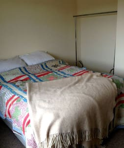 Spacious double room with en suite - Deal