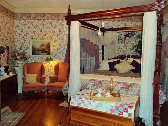 "Lylewood Inn B&B ""Lyle Room"""