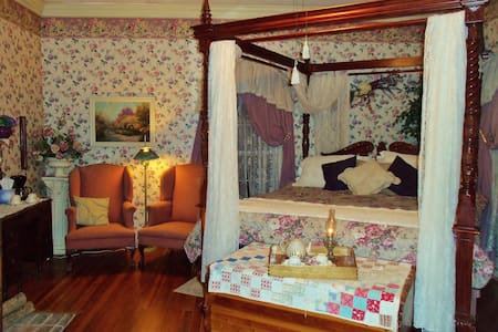 "Lylewood Inn B&B ""Lyle Room"" - Indian Mound"