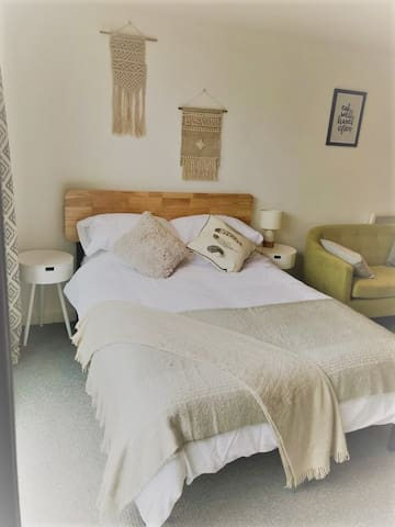 A comfy double bed with hybrid mattress