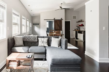 Bright, Charming Loft in Andersonville