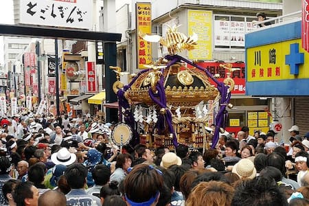 Would you like to look round real Japanese scene? This house located in the central Tokyo:  -2 mins walk from Togoshi station  -15 mins to Shibuya by train  -35 mins to Haneda airport by train And here is the major shopping street in Tokyo.