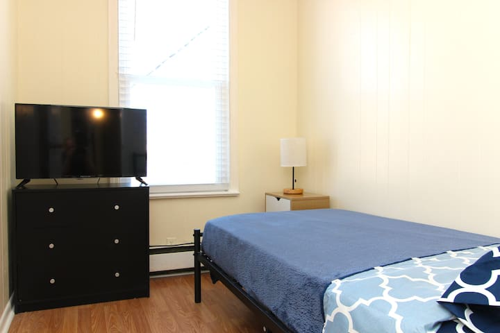 Cozy Room by PATH Train-15 minutes to Manhattan
