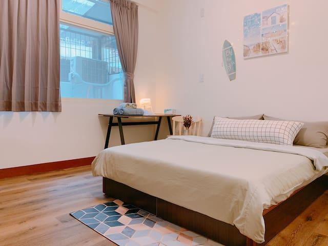 MastMaster bedroom (C room-Double room) overview 主臥室一覽 (C房-雙人房) 可睡2人 可增加1地墊床(共2+1人)