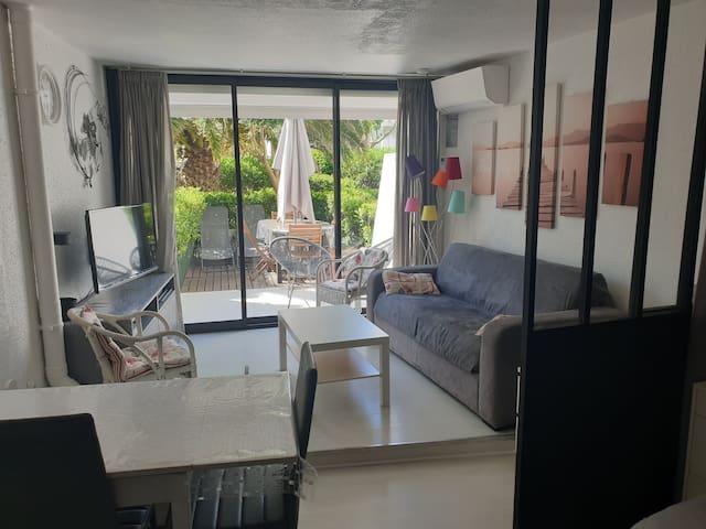 Coins salon tout confort avec télévisions. Wifi. Climatisation. Canapé convertible ( rapido) très confortable. Et axé direct sur la terrasse extérieure.