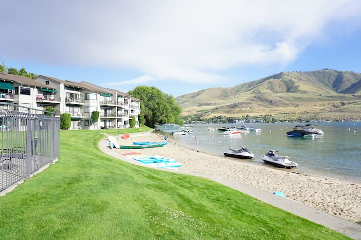 Steps to the Beach ~ Lakefront Condo at Spader - Chelan
