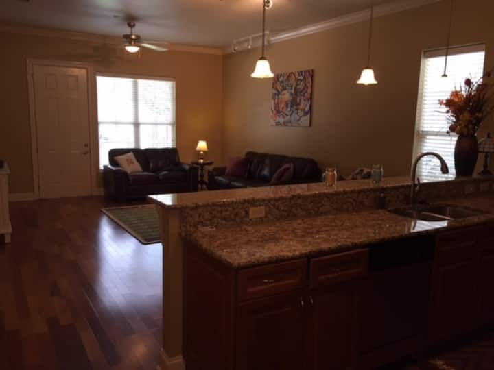 2 BR / 2 Bath 800 yards from LSU Stadium + pullout