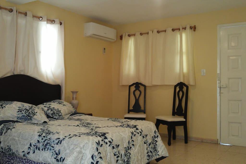 Primera habitación climatizada, con grandes ventanas que le brindan buena iluminación y ventilación natural.