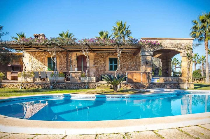 Impressive country house for 6 people located at 7 km from the sea