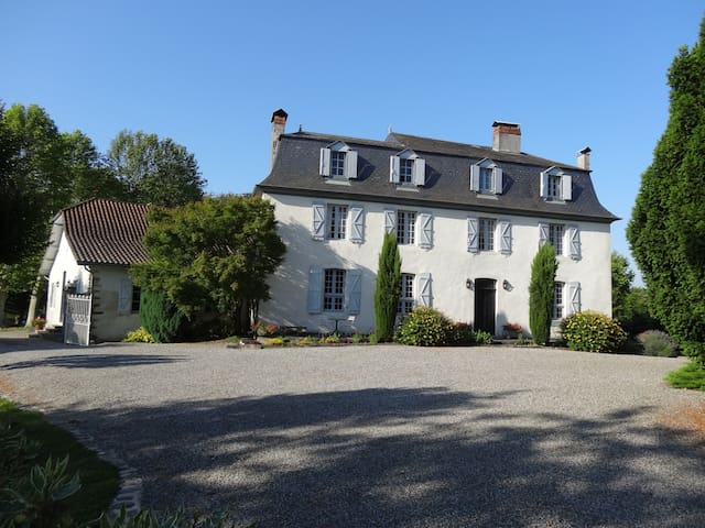 Vast demeure du 17e avec piscine - Salies-de-Béarn - Huis