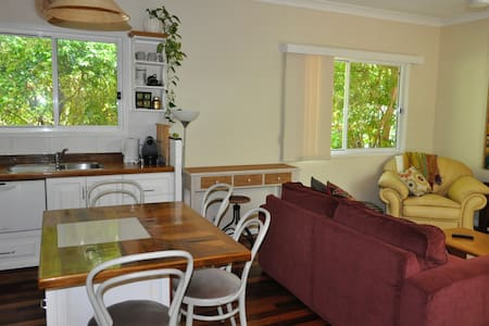 Quiet cottage centrally located - East Brisbane
