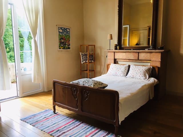 Clean and cosy: private room with view to the park