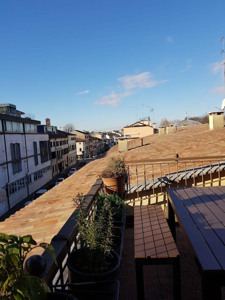 Treviso center A. 20' to Venice Jesolo. Master bed