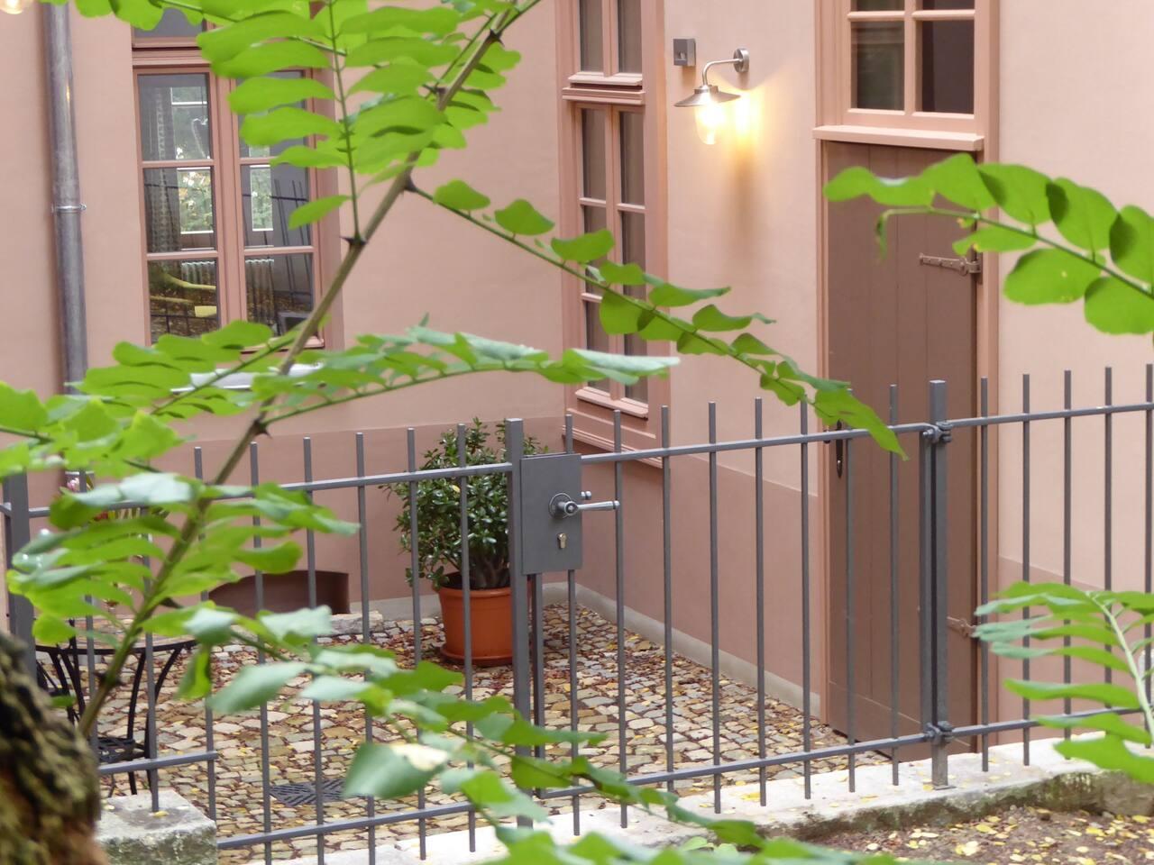 Unser kleiner Hof mit Sitzecke