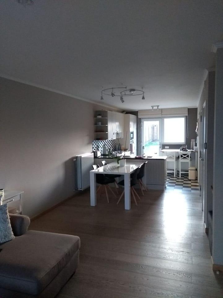 Appartement gelijkvloers met terras en tuintje