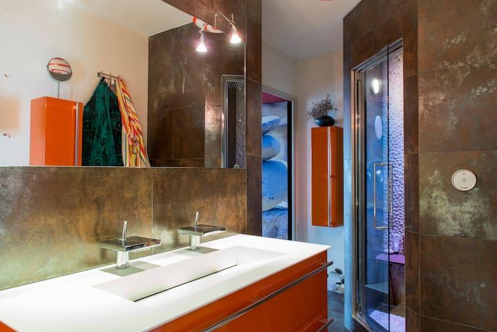 salle d'eau avec douche italienne et hammam