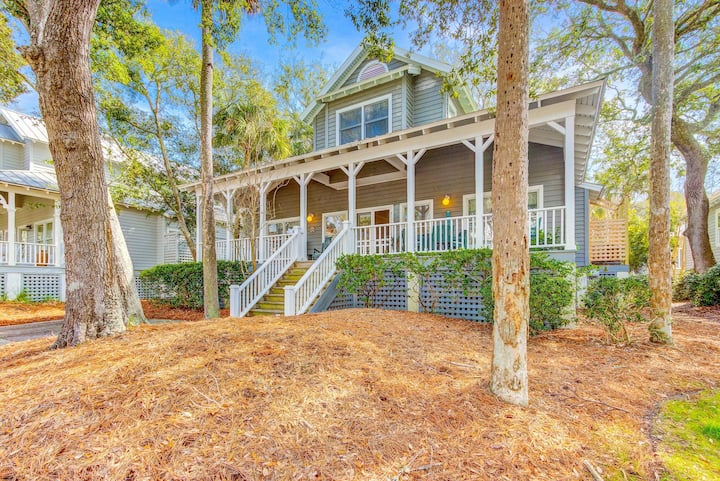 Dog-friendly home across the street from beach with WiFi and community pool!
