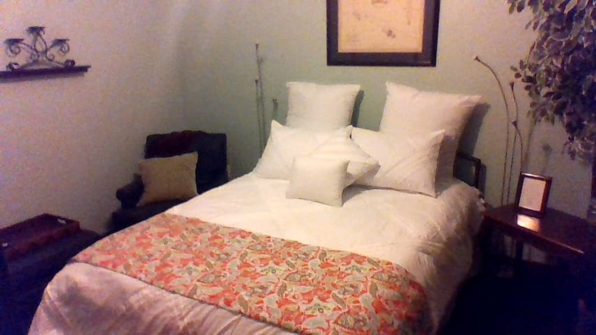A zen room with the feel of a bed and breakfast - Gainesville - Townhouse