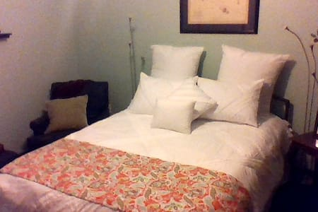 A zen room with the feel of a bed and breakfast - Gainesville - Rekkehus