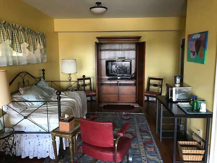 Arl. Ridge Rd. Private Room, Bath, Entrance & Pool