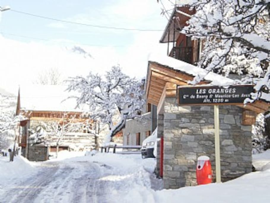View of the way to the chalet with Village name and altitude