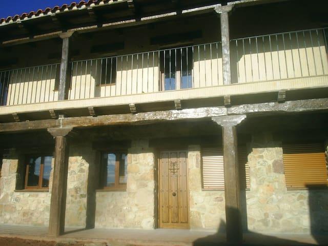 Entrada a la casa, porche y galería de madera.