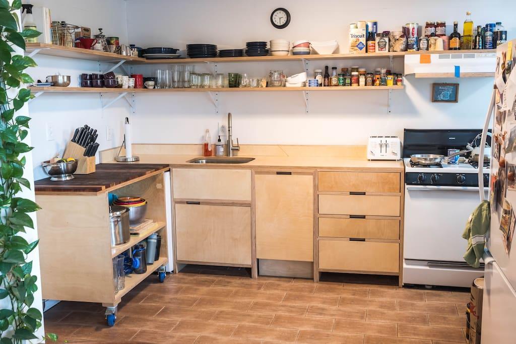 Kitchen (washer/dryer is behind rolling island)