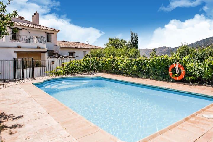 Uriges Cottage in Laroya mit Pool und Terrasse mit Aussicht