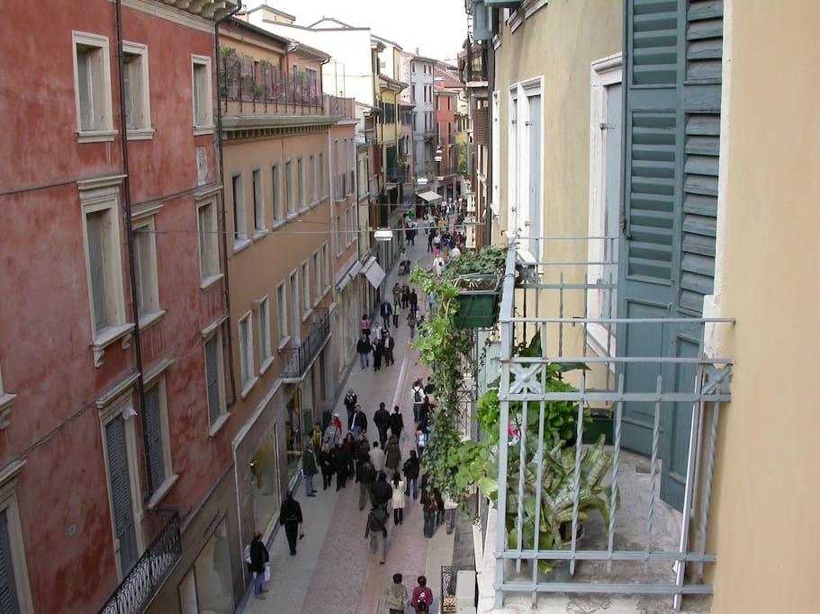 Uno dei balconi del soggiorno, con affaccio su via Mazzini