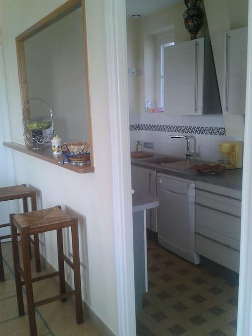 cuisine équipée ouverte sur salon