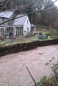 Rural riverside setting - BUILTH WELLS - Rumah