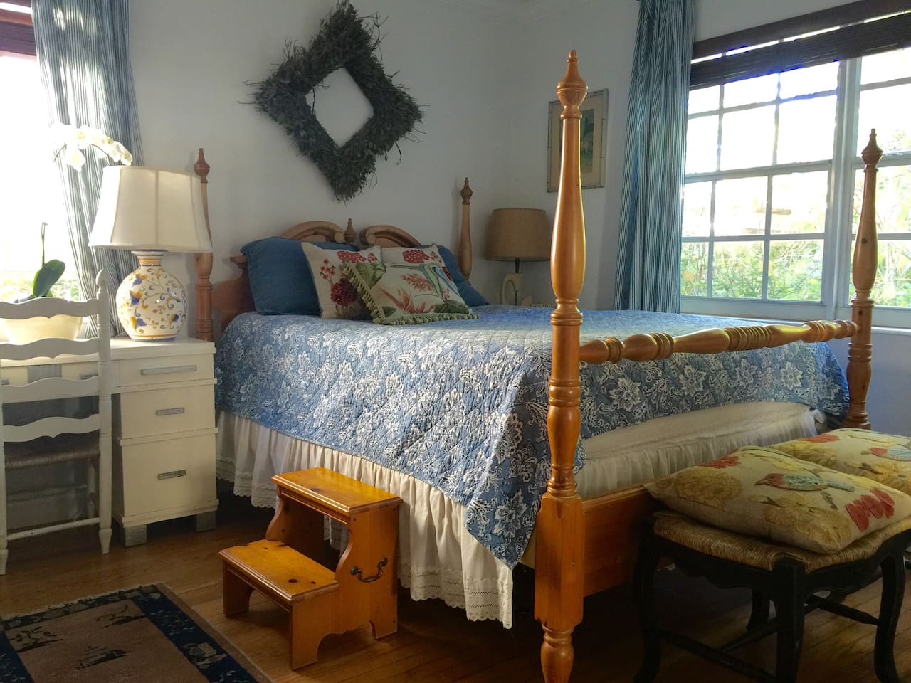 Four poster queen size bed.