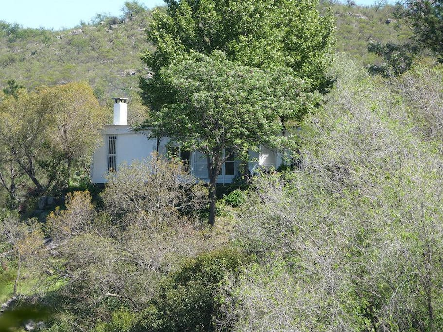 Vista de la casa desde el otro lado del rio