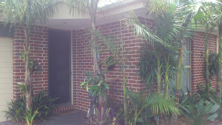 Private room with ensuite and walk in robe. - Carrum - Apartemen