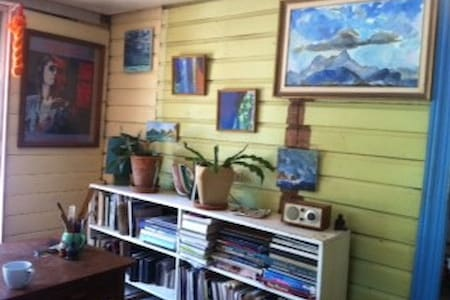 Quiet artists house, by the river - North Lismore - Casa