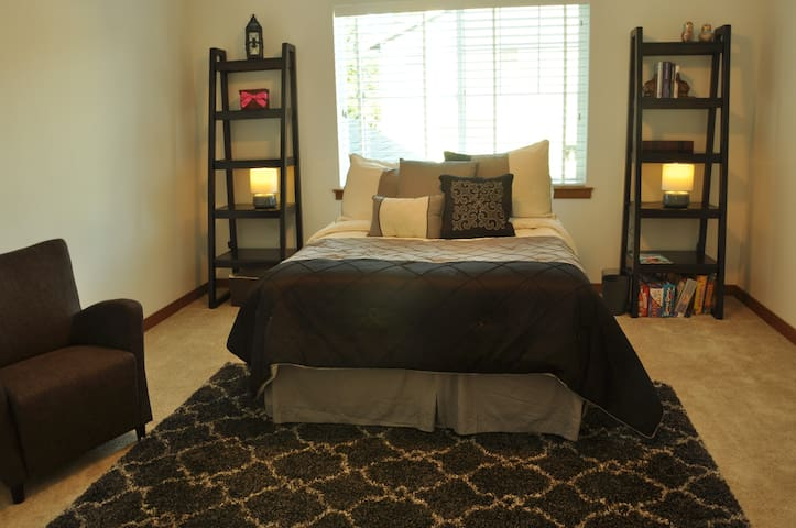 Giant Bedroom in Contemporary House - Lynnwood - House