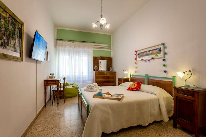 Private room with aircoditioning, private bathroom, wifi and smart tv.