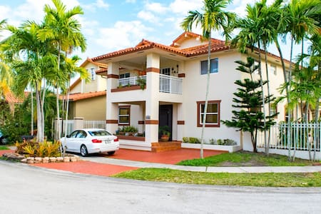 Clean/Comfy, WiFi/Desk/TV/Parking! Sleeps Up To 4 - Miami