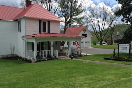 Farmhouse Inn, room for 4, Sophie - Bed & Breakfast