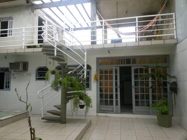 Kitnet confortável, segura, garagem, em Joinville
